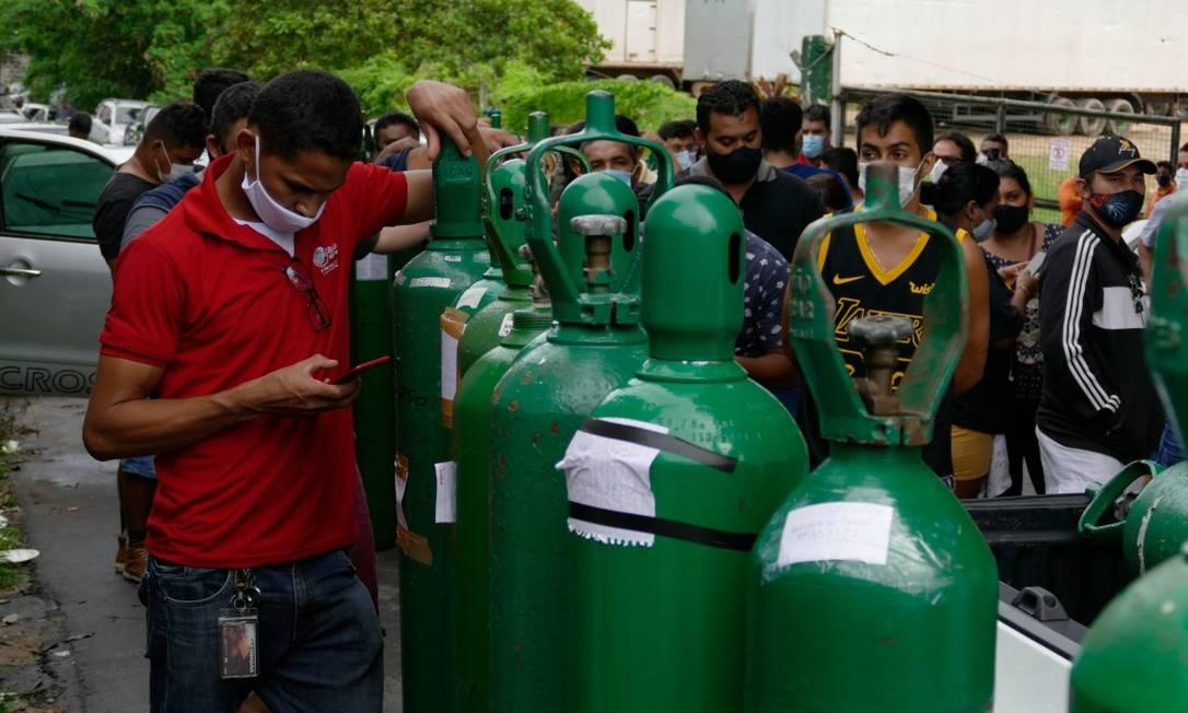 Fila para recarregar cilindros de oxigênio em Manaus Foto: Fotoarena / Agência O Globo