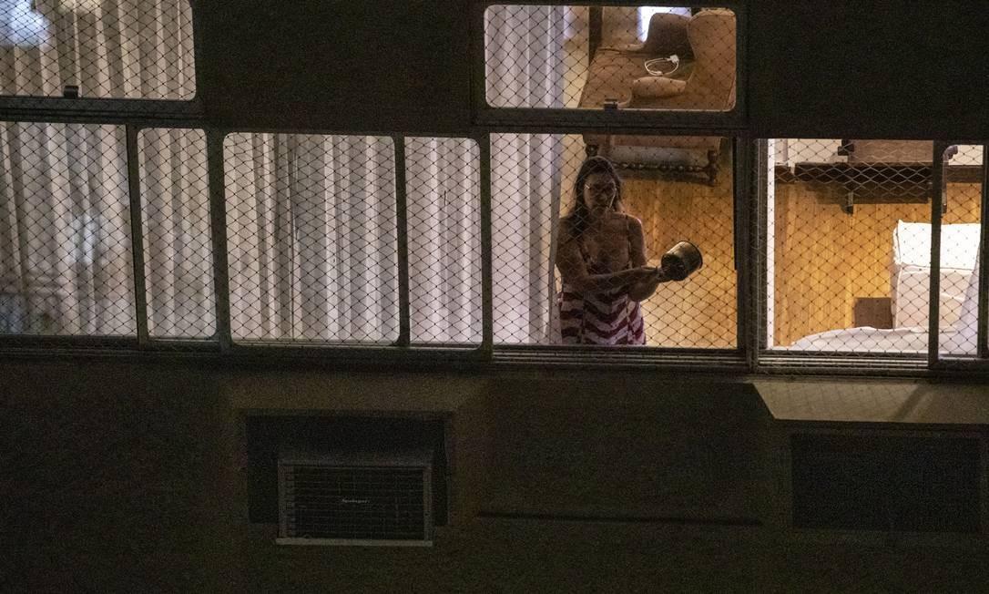 Moradora de Copacabana bate panelas na janela de seu apartamento em protesto contra o presidente Jair Bolsonaro Foto: Ana Branco / Agência O Globo