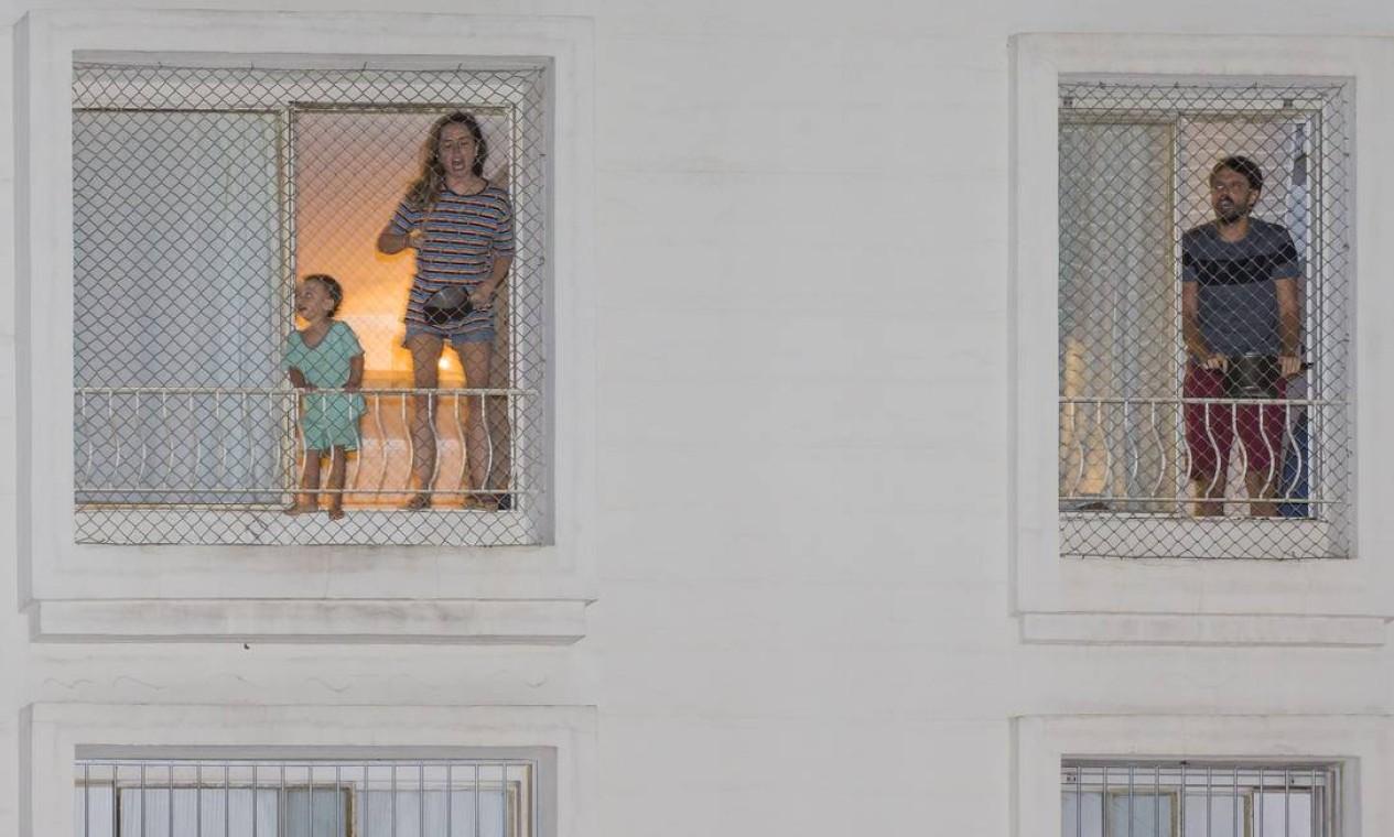 Moradores batem em panelas na janela de apartamento em São Paulo. Manifestações contrárias ao presidente foram convocadas nas redes sociais em meio ao colapso do sistema de saúde do Amazonas pelo crescimento de casos e mortes causadas pela Covid-19 Foto: Edilson Dantas / Agência O Globo