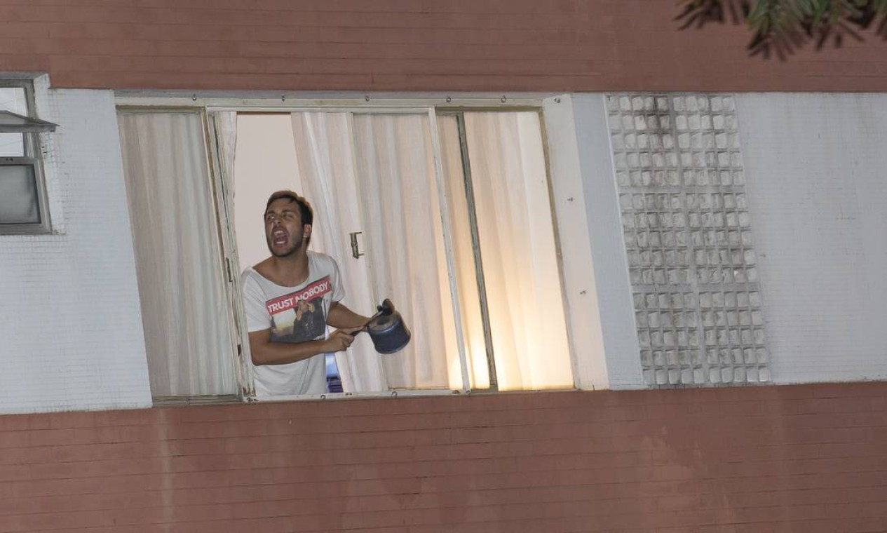 """Panelaço em protesto contra Bolsonaro em São Paulo. Presidente foi alvo de """"panelaços"""" na noite desta sexta-feira em cidades espalhadas por todo o país Foto: Edilson Dantas / Agência O Globo"""