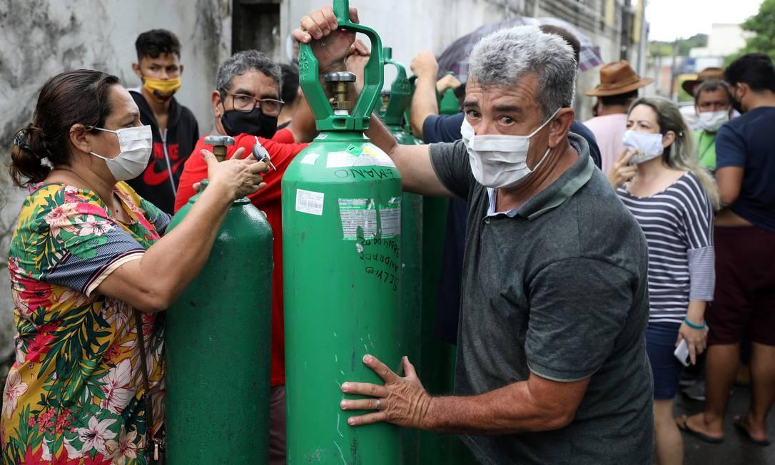 Parentes de pacientes com Covid-19 compram cilindros de oxigênio: muitos evitam atendimento em hospitais Foto: BRUNO KELLY / REUTERS