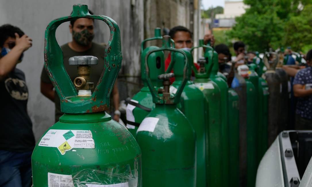 Fila de parentes de pacientes que esperam para recarregar cilindros de oxigênio em Manaus Foto: Sandro Pereira/Fotoarena / Agência O Globo