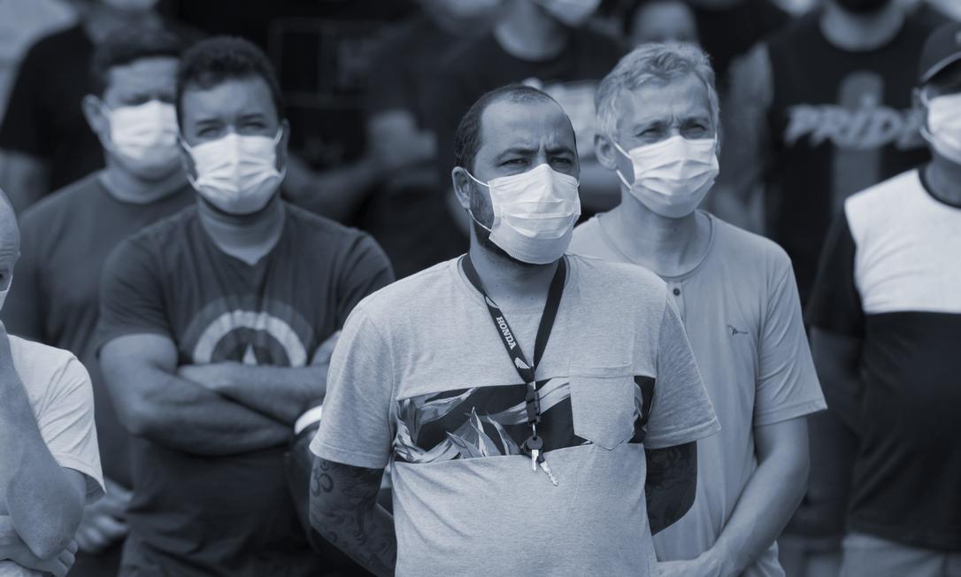 Braços cruzados: Trabalhadores da Ford em Taubaté (SP) na semana passada, quando souberam que fábrica seria fechada: cerca de 5 mil empregos perdidos com saída da montadora do país Foto: Edilson Dantas