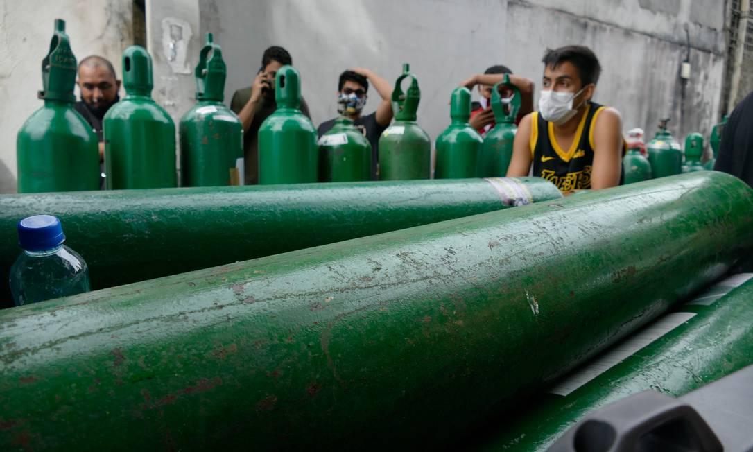 Parentes de pacientes internados nos hospitais fazem fila para recarregar cilindros de oxigênio em frente de no Distrito Industrial II de Manaus Foto: Fotoarena / Agência O Globo