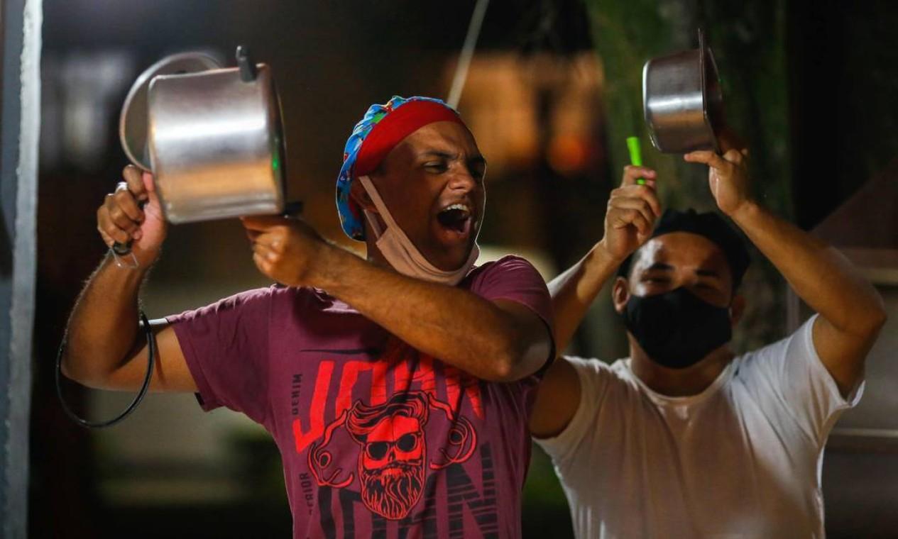 Manifestantes batem panelas em protesto contra o presidente Jair Bolsonaro ao proferir um discurso na TV, em Brasília, nesta sexta-feira (15), em meio ao novo surto de Covid-19 que afeta mais duramente a cidade de Manaus, no Amazonas Foto: SERGIO LIMA / AFP