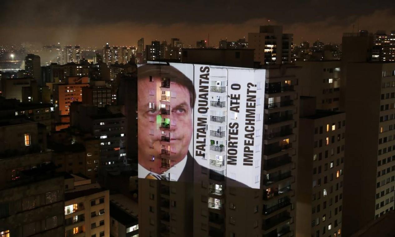 """Imagem de Bolsonaro com a frase """"Faltam quantas mortes até o impeachment?"""" é projetada em um prédio durante um protesto contra suas políticas para conter o coronavírus e a crise de saúde de Manaus, no bairro de Santa Cecília, em São Paulo Foto: AMANDA PEROBELLI / REUTERS"""