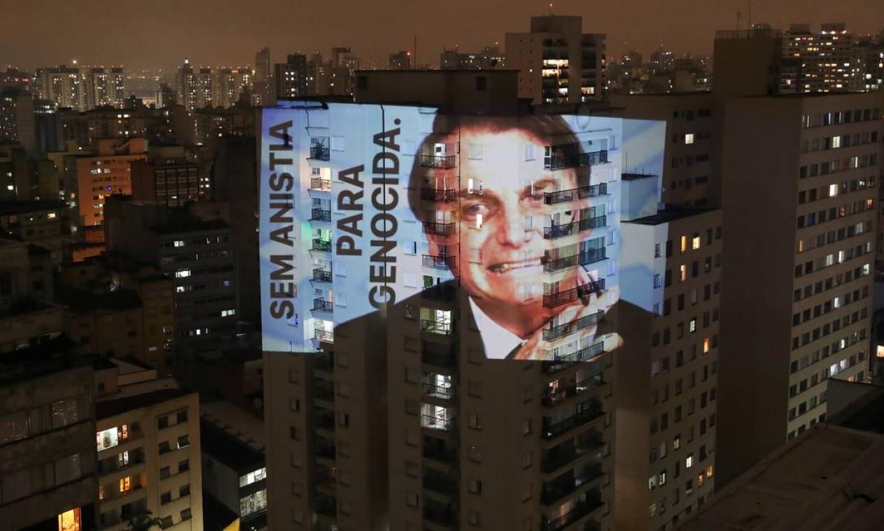 """Imagem do presidente Jair Bolsonaro com a frase """"Sem anistia para genocida"""" é projetada em um prédio em São Paulo durante um protesto Foto: AMANDA PEROBELLI / REUTERS"""