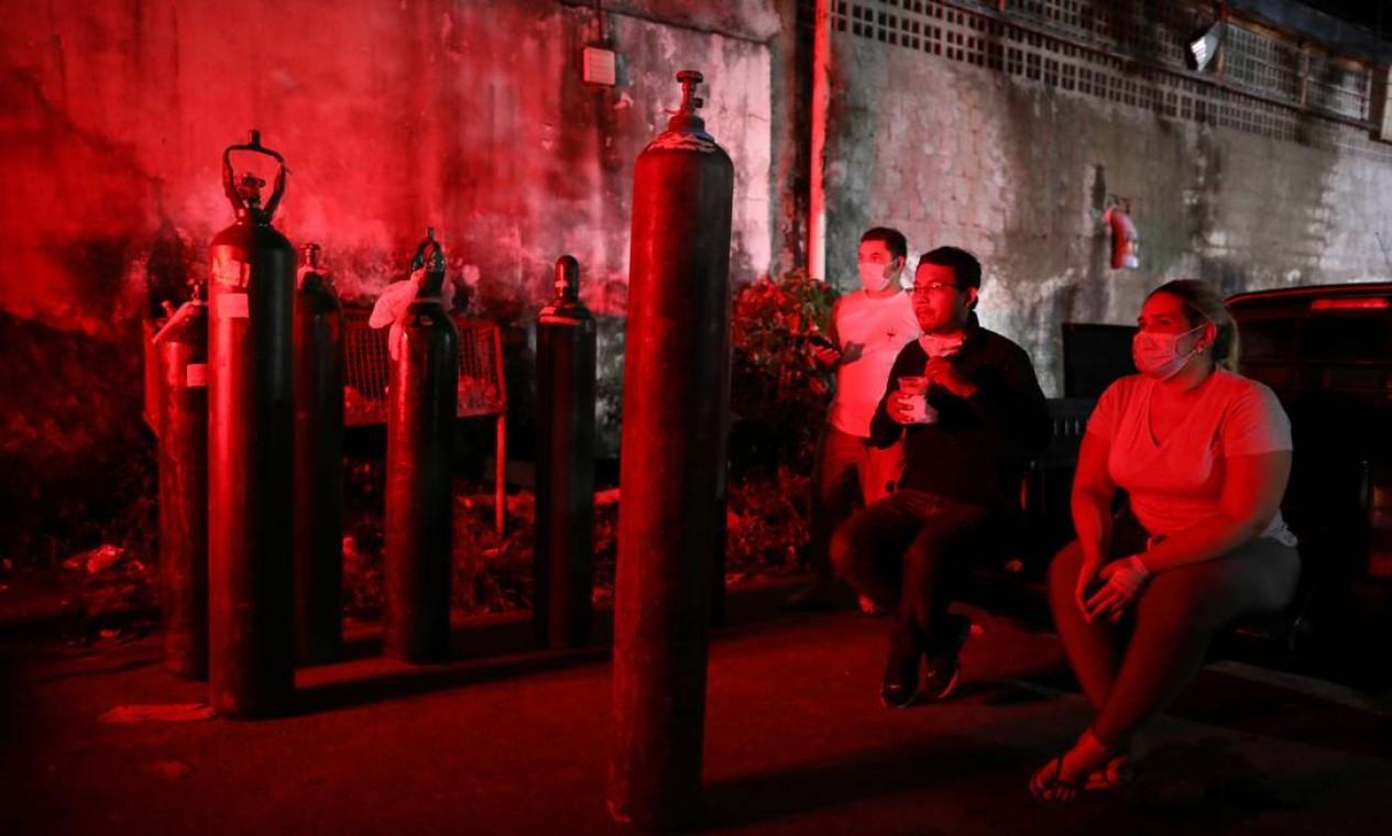 Parentes de pacientes internados ou em atendimento domiciliar aguardam em fila para comprar oxigênio em meio à crise de escassez do insumo em Manaus Foto: BRUNO KELLY / REUTERS