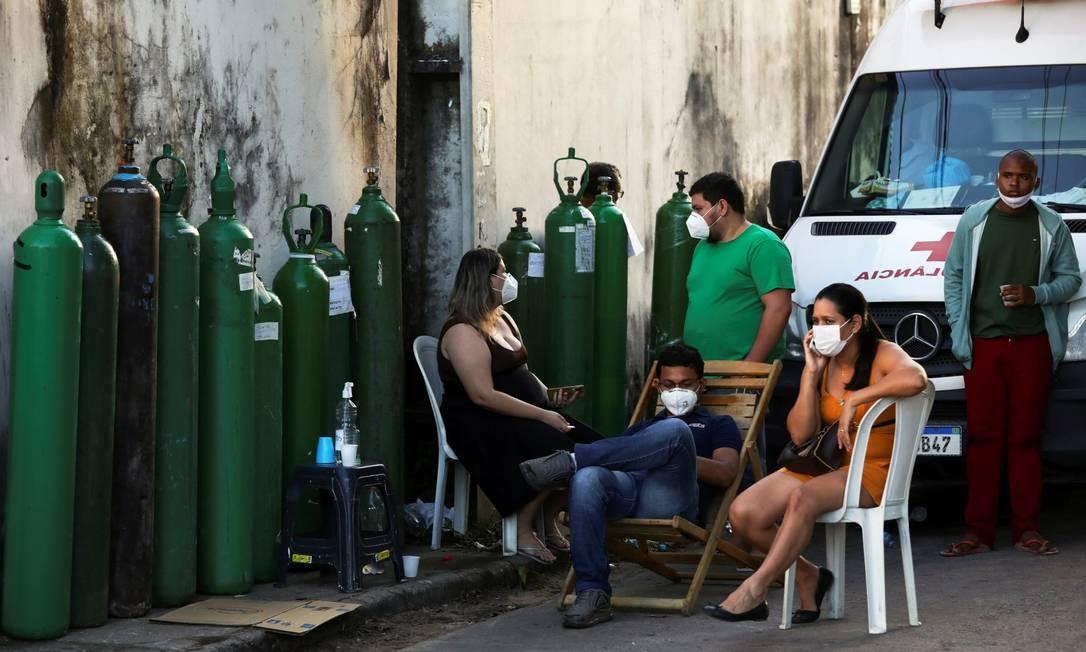 Parentes de pacientes esperam para tentar comprar oxigênio em Manaus Foto: BRUNO KELLY / REUTERS