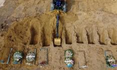 Abertura de covas no cemitério Nossa Senhora Aparecida, em Manaus Foto: Michael Dantas/AFP/08-01-2021