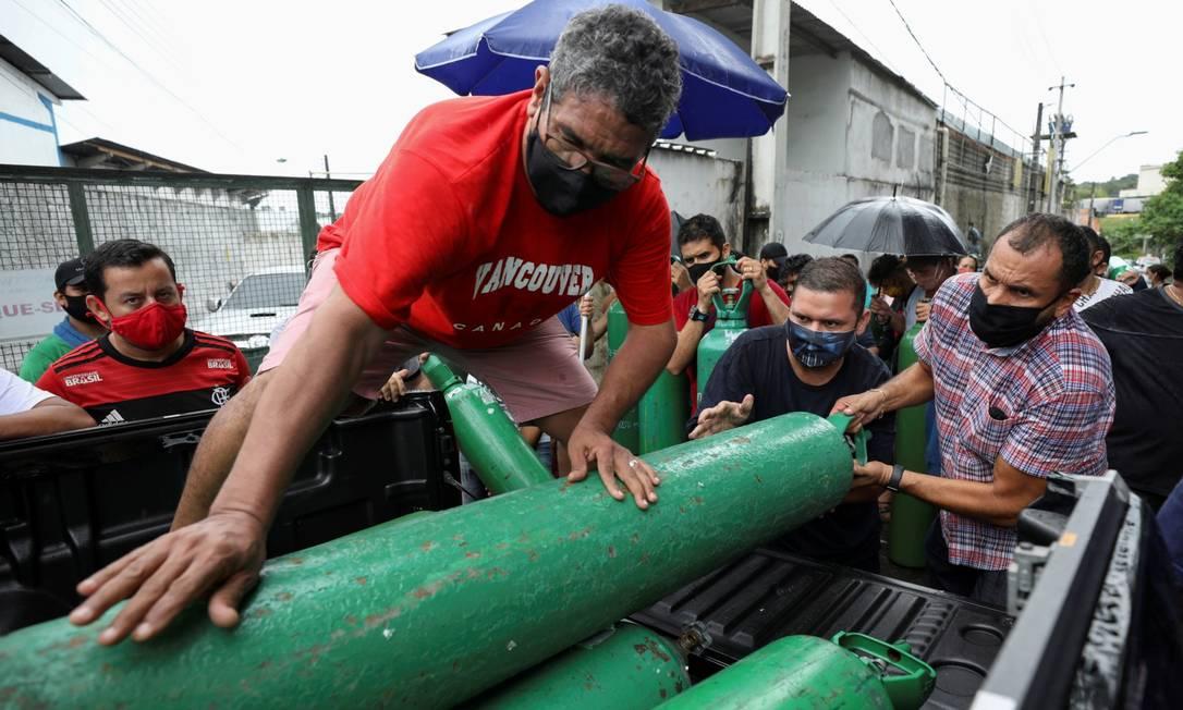 Parentes de pacientes tentam comprar cilindros de oxigênio em Manaus Foto: BRUNO KELLY / REUTERS