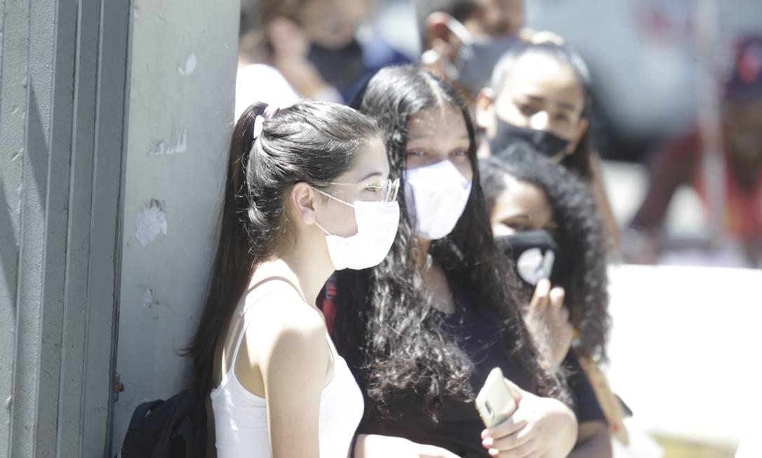 Estudantes aguardam horário para entrar e fazer a prova do Enem 2020 Foto: Antonio Scorza / Agência O Globo