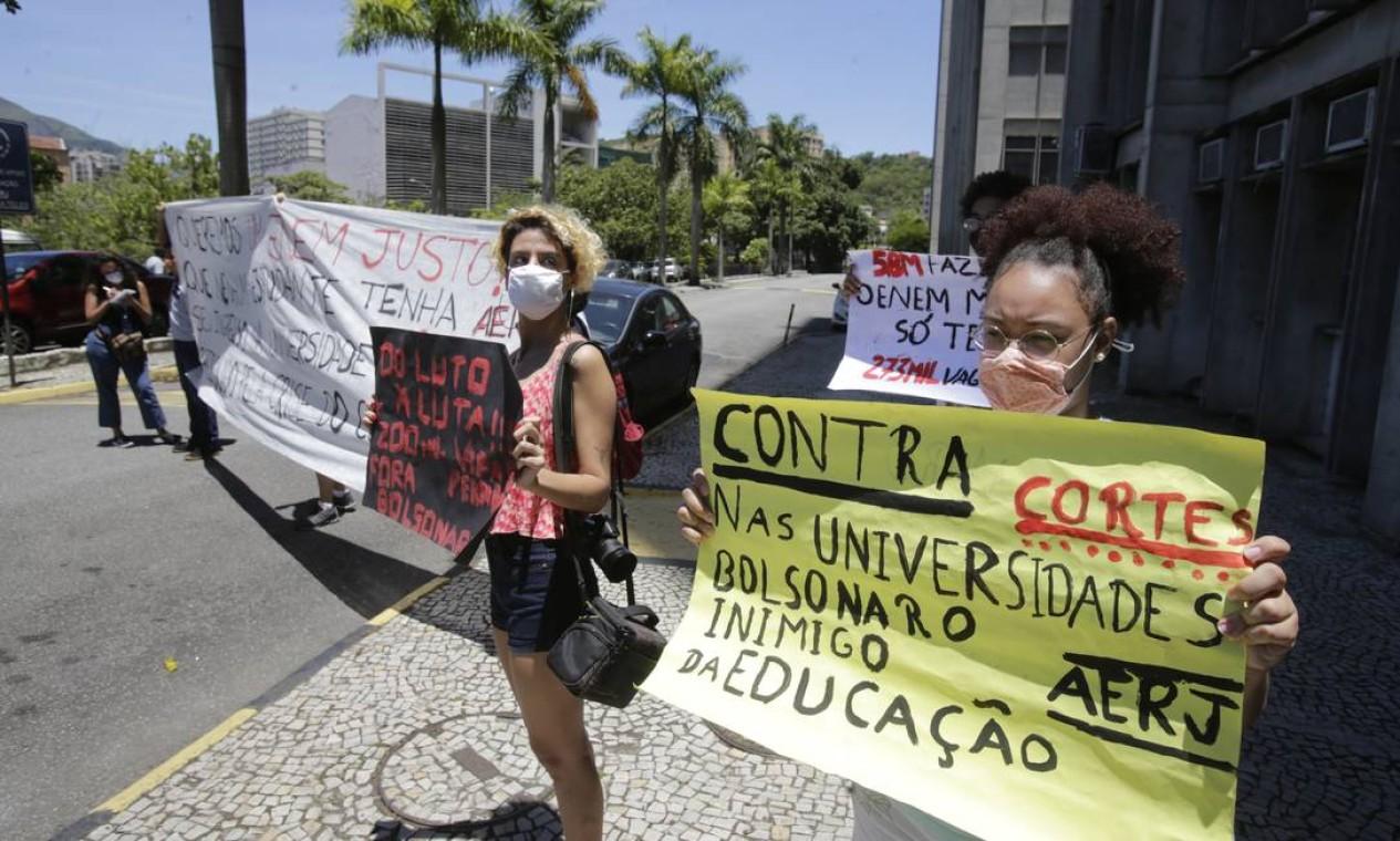 Candidatos realizaram protesto contra o governo Bolsonaro diante do prédio da Uerj, no Maracanã. Cerca de 5,8 milhões de candidatos estão inscritos na edição 2020 do Enem Foto: Antonio Scorza / Agência O Globo - 17/01/2021