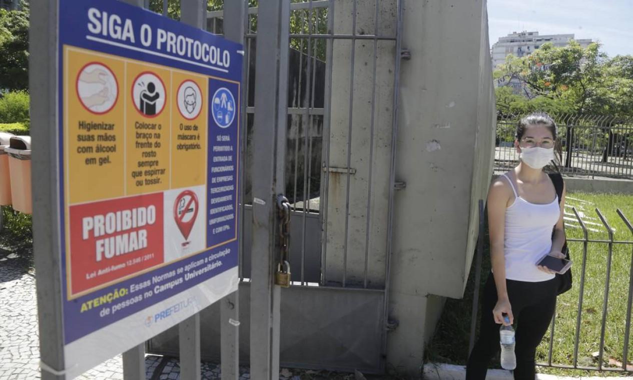 Maria Clara Oliveira foi a primeira a chegar ao portão da Uerj, no Maracanã Foto: Antonio Scorza / Agência O Globo - 17/01/2021