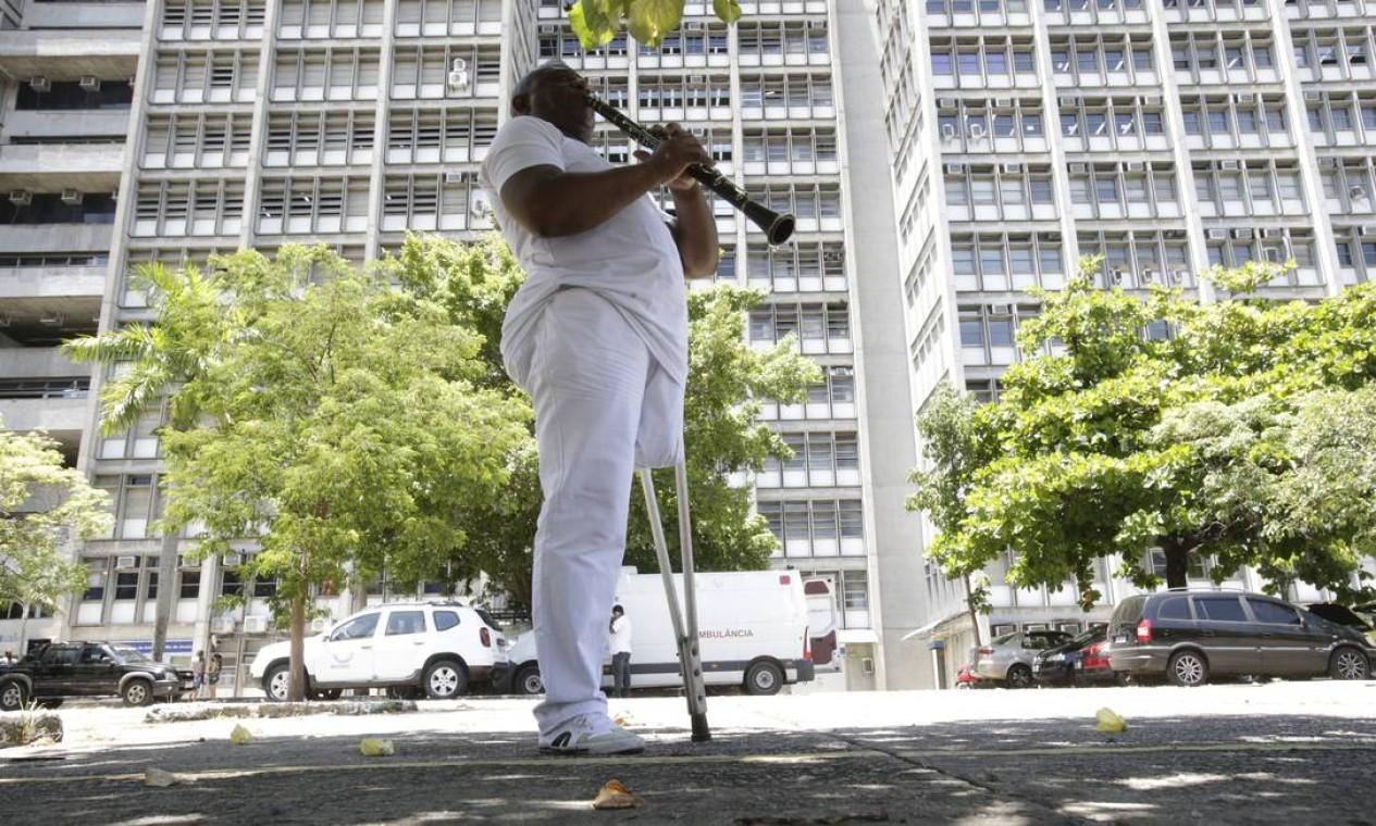 Músico Almir Santiago, 62 anos, toca seu clarinete para relaxar antes de fazer a prova do Enem na Uerj Foto: Antonio Scorza / Agência O Globo - 17/01/2021