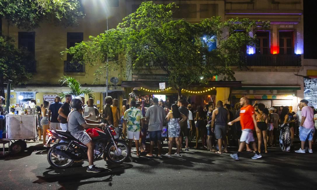 Público aglomerado na entrada de bar na Lapa Foto: Leo Martins / Agência O Globo