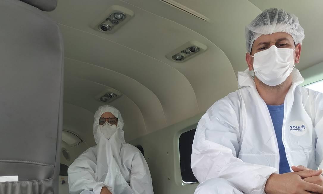 O enfermeiro Daniel Tony de Oliveira e a médica Jayda de Souza fazem parte da equipe da CTA Taxi Aéreo, que faz o transporte de pacientes com Covid-19 para outros estados Foto: Leandro Prazeres / Leandro Prazeres