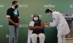 A enfermeira Mônica Calazans, primeira brasileira a ser vacinada, no momento em que recebeu o imunizante Foto: Edilson Dantas/O Globo
