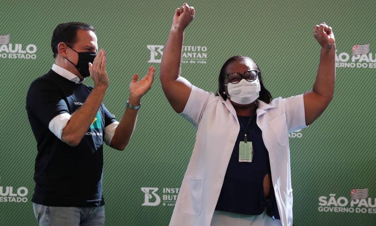 Mônica Calazans, 54 anos, comemora ao lado do governador do estado de São Paulo, João Doria, após receber a vacina contra coronavírus. Mônica é diabética, obesa e hipertensa e trabalha há oito meses no hospital no Hospital Emílio Ribas Foto: AMANDA PEROBELLI / REUTERS