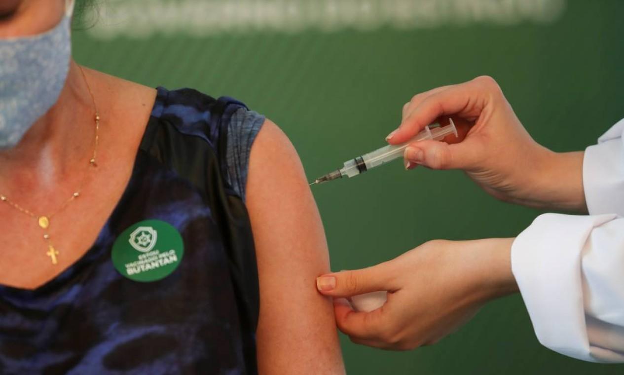 Uma mulher é inoculada com vacina contra o coronavírus da Sinovac, depois que a Anvisa aprovou seu uso de emergêncial, no Hospital das Clínicas de São Paulo Foto: AMANDA PEROBELLI / REUTERS