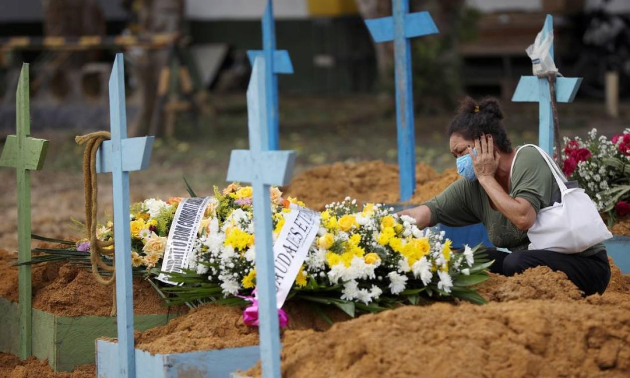 Valcenir Alves Ferreira, 53, chora durante enterro da tia Vacilda Pereira Queiroz, de 73 anos, vítima da Covid que no Hospital 28 de Agosto Foto: BRUNO KELLY / REUTERS