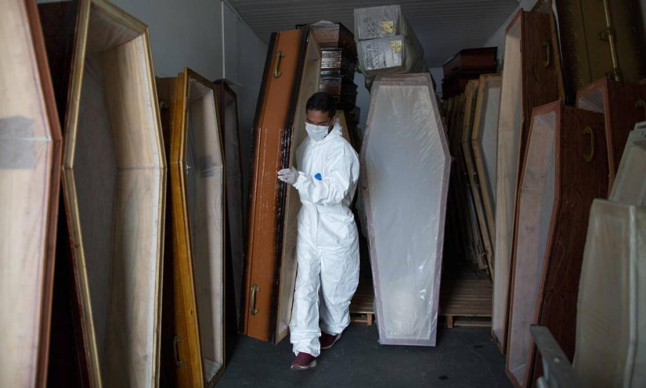 Trabalhadores municipais se preparam para o plantão no Funeral SOS, em Manaus Foto: MICHAEL DANTAS / AFP
