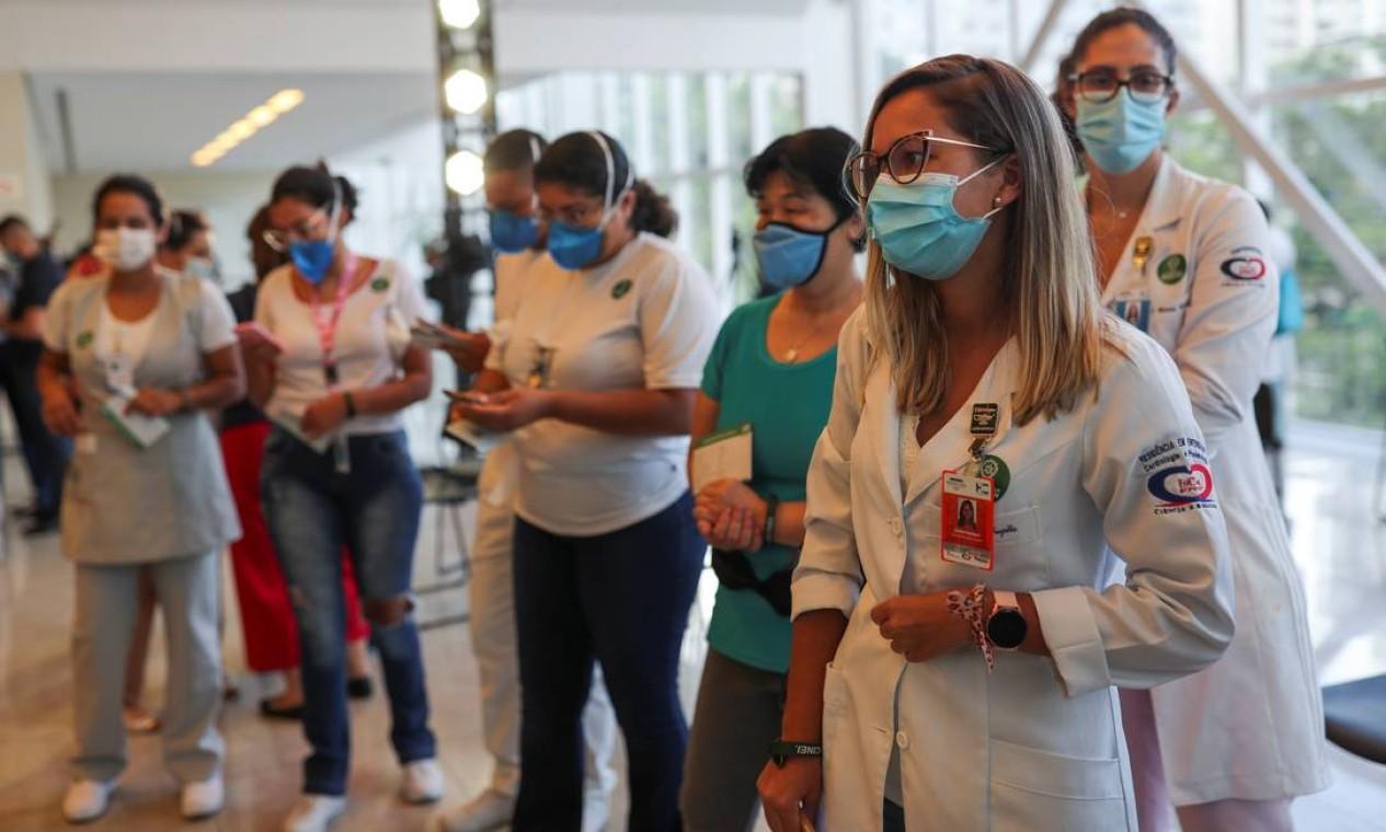 Trabalhadores de saúde fazem fila para receber uma dose da vacina da Sinovac Foto: AMANDA PEROBELLI / REUTERS