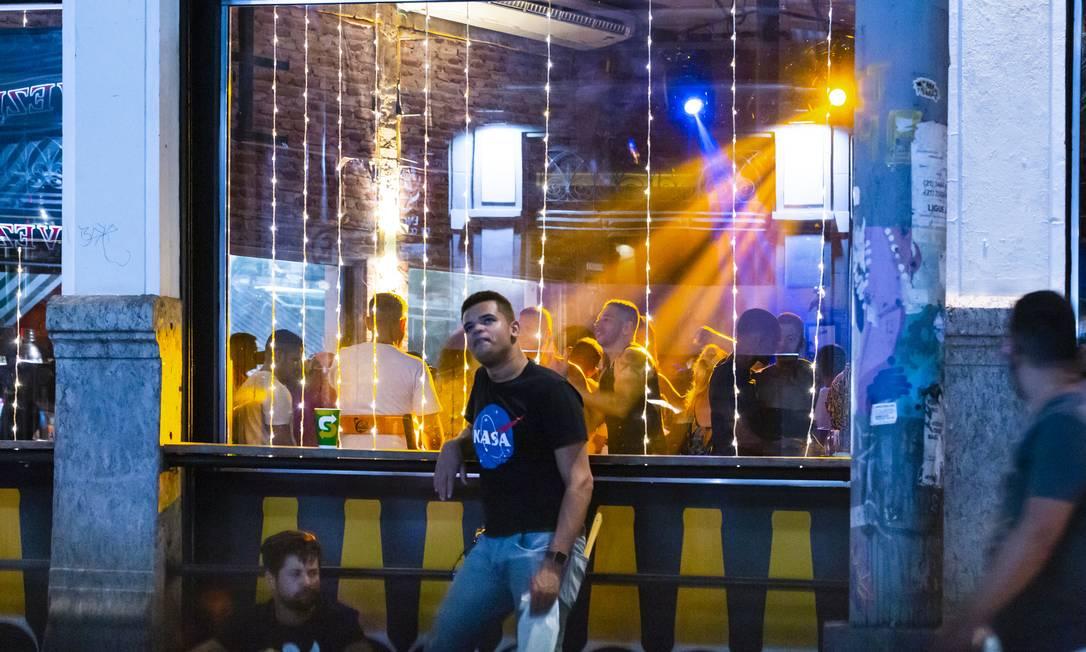 Em meio à pandemia, pessoas se aglomeram e dançam dentro do Bar da Lapa, no Rio de Janeiro Foto: Leo Martins / Agência O Globo