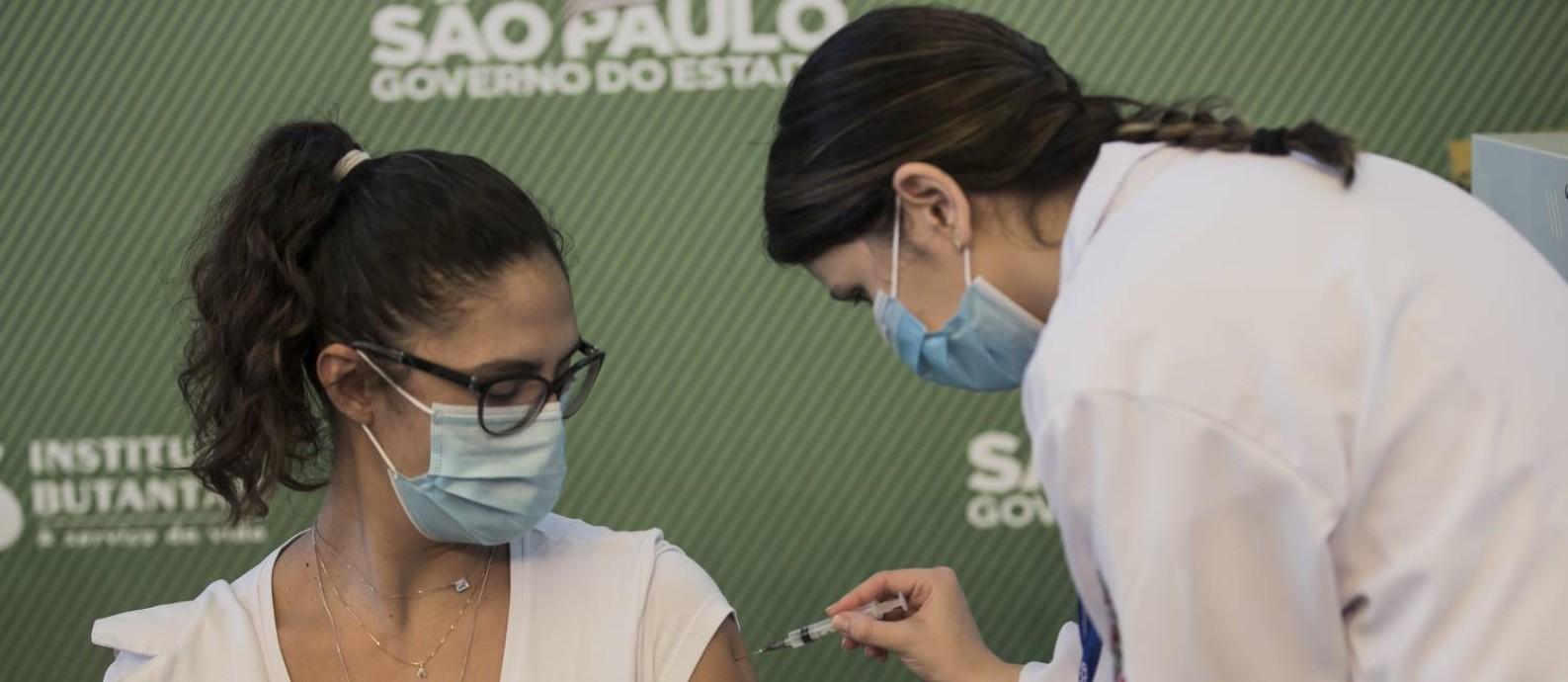 Enfermeira aplica a primeira dose vacina contra a Covid-19 desenvolvida pelo Instituto Butantan, em parceria com a farmacêutica chinesa Sinovac em profissional de saúde no Hospital Emilia Ribas Foto: Edilson Dantas / Agência O Globo