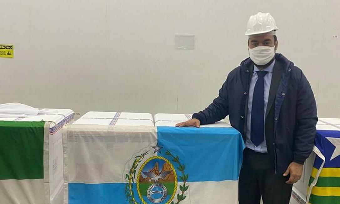 O governador em exercício do Rio, Cláudio Castro, com lote de vacinas Coronavac a ser enviado para o Rio de Janeiro Foto: Governo do Estado do Rio / Divulgação