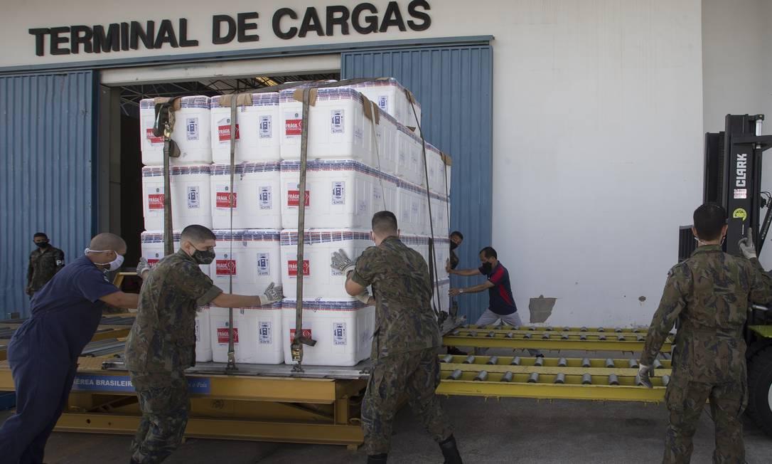 Militares transportam contêiner com doses da CoronaVac no terminal de cargas do aeroporto de Guarulhos, São Paulo Foto: Edilson Dantas / Agência O Globo