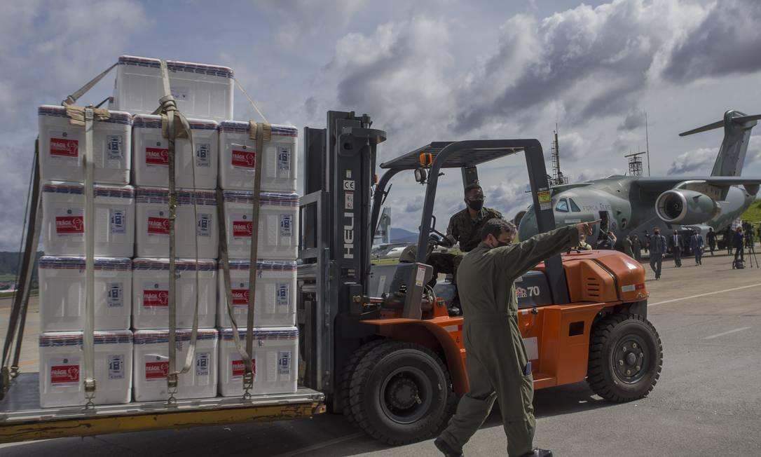Doses de CoronaVac são levadas para avião da Força Aérea Brasileira (FAB), que levará vacina para estados brasileiros Foto: Edilson Dantas / Agência O Globo