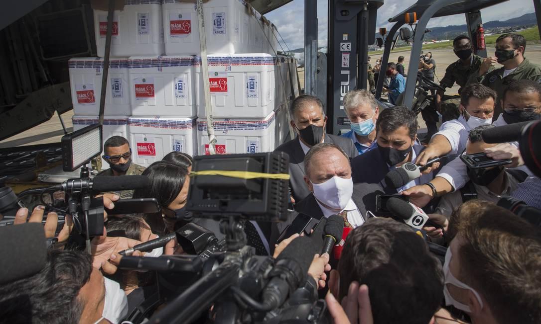 Ministro da Saúde, Eduardo Pazuello, afirmou durante evento que marcou o início da distribuição da CoronaVac aos estados e que a vacinação poderá começar já a partir desta segunda-feira, às 17h Foto: Edilson Dantas / Agência O Globo