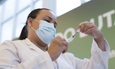 Enfermeira prepara vacina desenvolvida pelo Instituto Butantan, em parceria com a farmacêutica chinesa Sinovac para aplicar em profissional de saúde no Hospital Emilia Ribas, em São Paulo, dia 17 de janeiro de 2021 Foto: Edilson Dantas / Agência O Globo