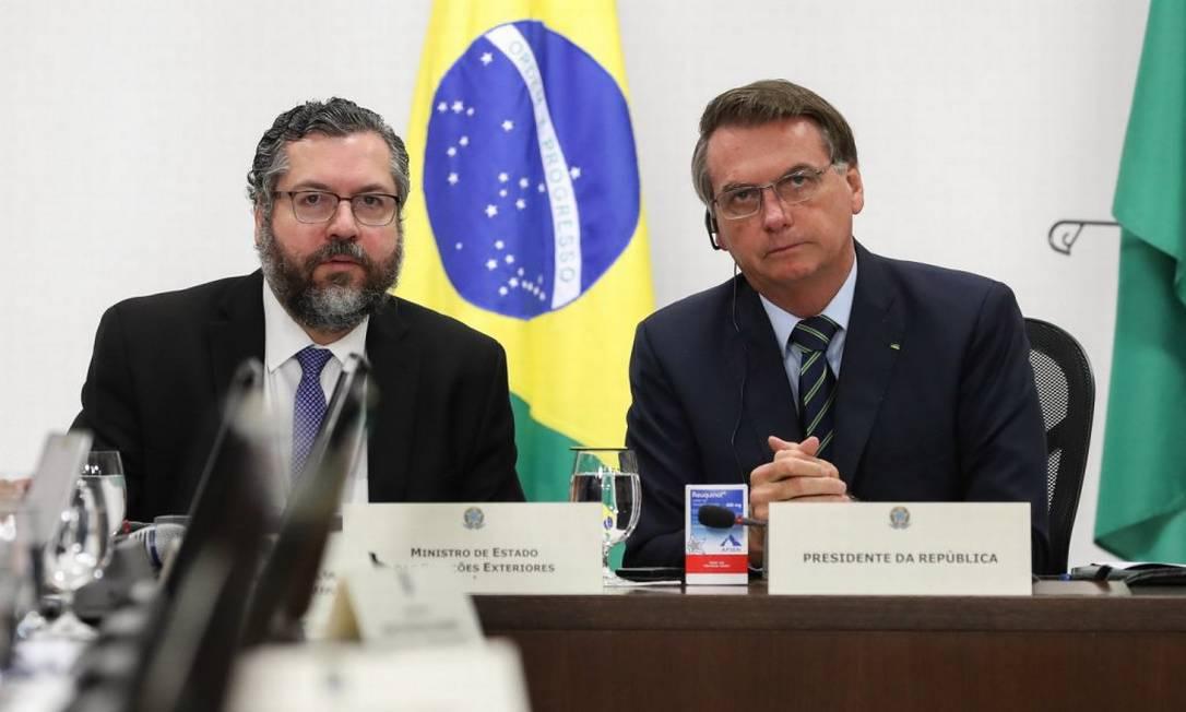 O ministro das Relações Exteriores, Ernesto Araújo, e o presidente Jair Bolsonaro exibem uma caixa de Reuquinol Foto: Alan Santos/PR