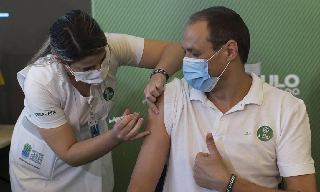 Enfermeira aplica primeiras doses vacina contra a Covid-19 desenvolvida pelo Instituto Butantan, em parceria com a farmacêutica chinesa Sinovac em profissional de saúde no Hospital Emílio Ribas Foto: Edilson Dantas / Agência O Globo