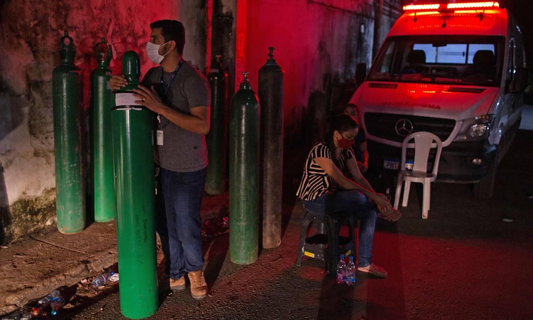 Familiar de paciente segura cilindro de oxigênio em Manaus, em 15 de janeiro de 2021. Foto: MICHAEL DANTAS / AFP