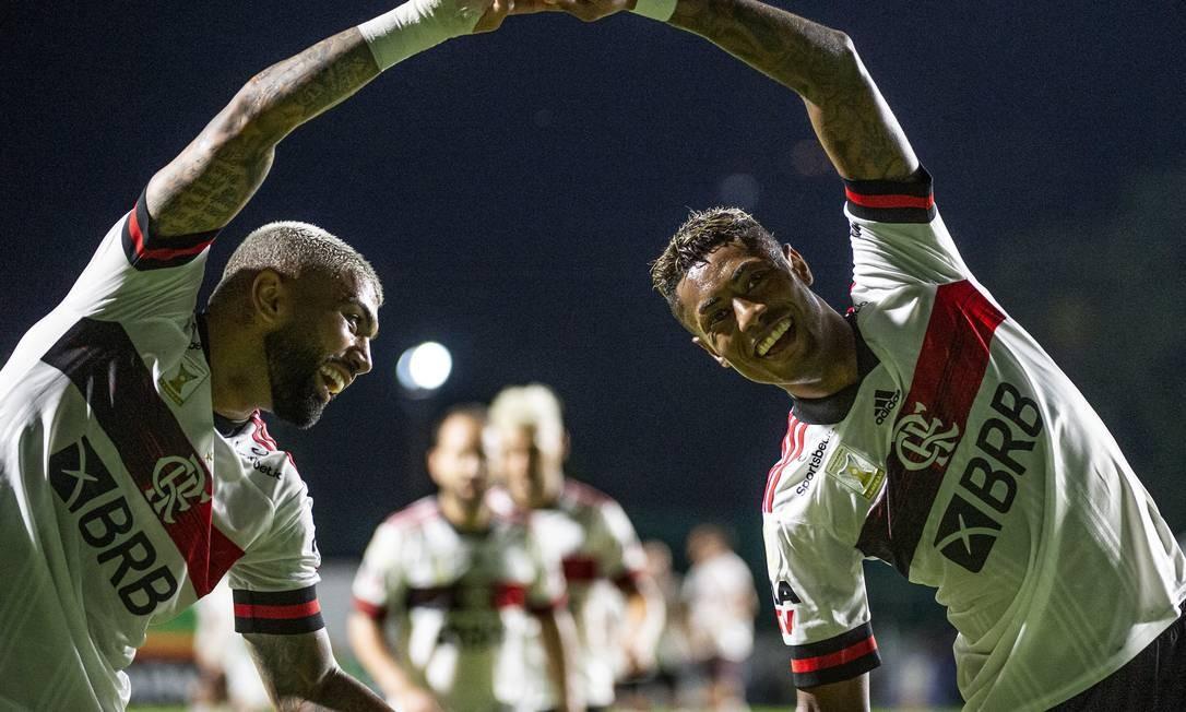 Gabigol e Bruno Henrique comemoram gol na vitória em Goiânia Foto: Foto: Alexandre Vidal / Flamengo