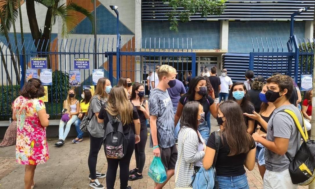 Aglomeração na porta da Unip Vergueiro, em São Paulo Foto: Gustavo Schmitt
