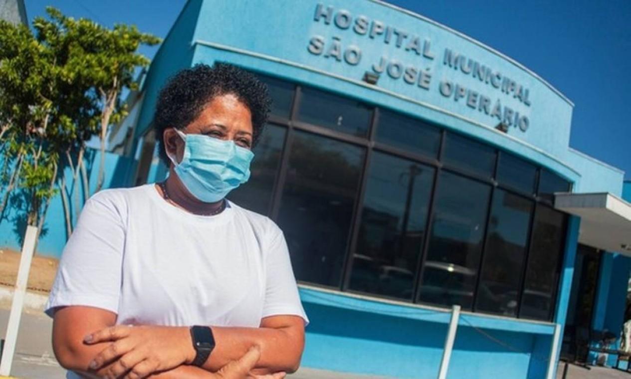 A enfermeira Teresinha Correia da Silva, de 51 anos, foi a primeira a ser vacinada em Cabo Frio Foto: Mariana Ricci / Prefeitura de Cabo Frio