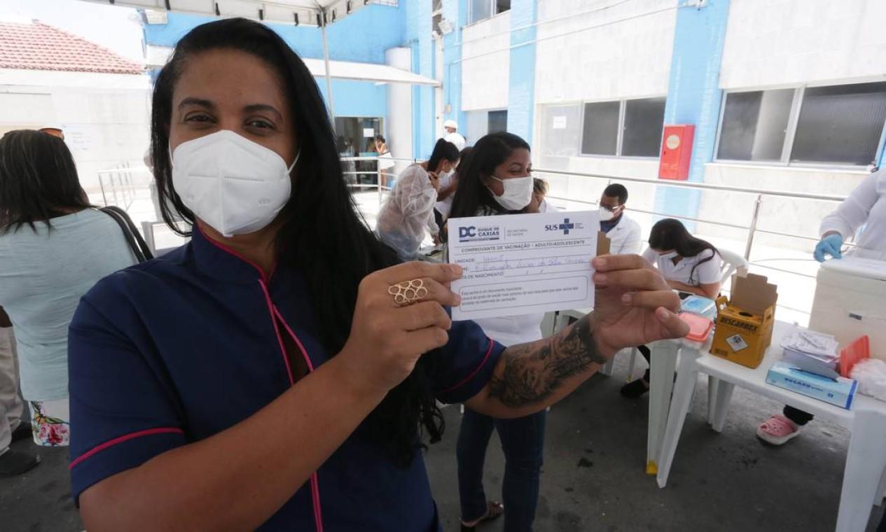 A enfermeira Elizangela Luiza da Silva Campos exibe o certificado de imunizada contra a Covid-19, ela foi a primeira receber a vacina em Duque de Caxias, Baixada Fluminense. A vacinação aconteceu no Hospítal Municipal São José, para os profissionais da saúde Foto: Cléber Júnior / Agência O Globo - 19/01/2021