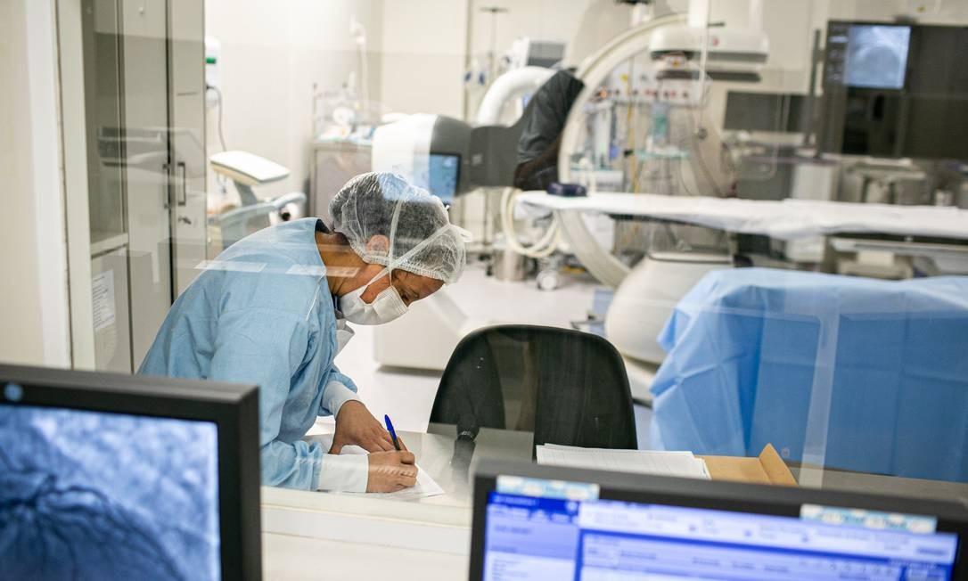Emfermeira em ambiente hospitalar: mensalidades dos planos de saúde pesam mais no bolso em 2021 Foto: Hermes de Paula/3-8-2020 / Agência O Globo