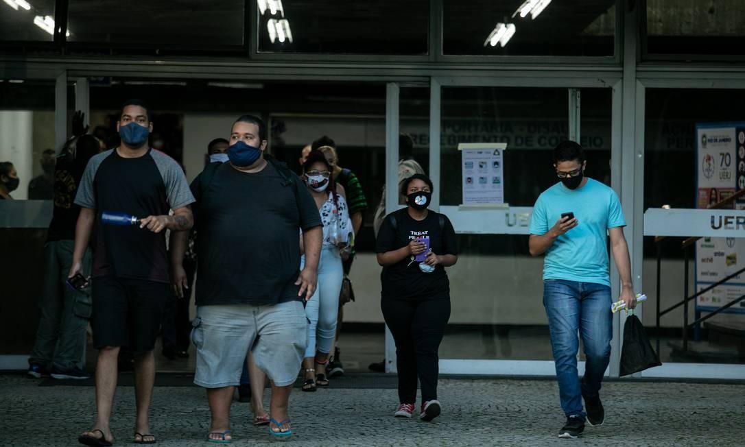 Alunos deixam prova do Enem na Uerj Foto: Brenno Carvalho / Agência O Globo