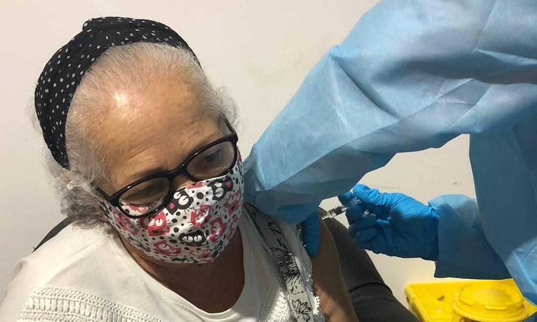 A aposentada Marivone Costa tomou vacina em Abu Dabhi, nos Emirados Árabes Foto: Arquivo pessoal