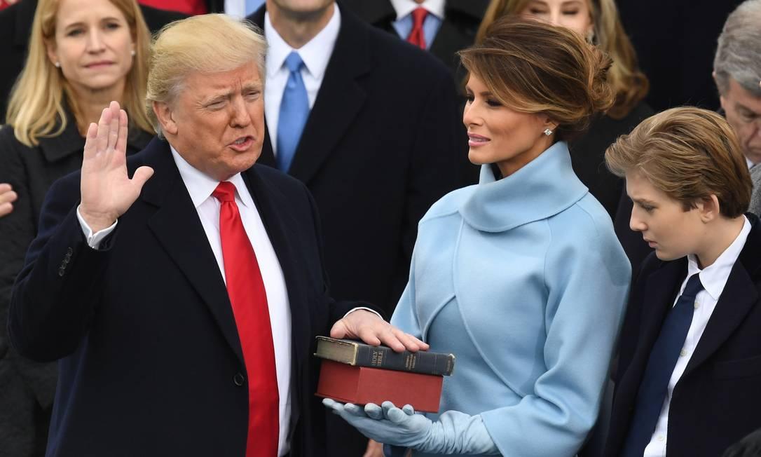 Donald Trump presta o juramento presidencial, sob os olhares da primeira-dama, Melania, no dia 20 de janeiro de 2017 Foto: MARK RALSTON / AFP