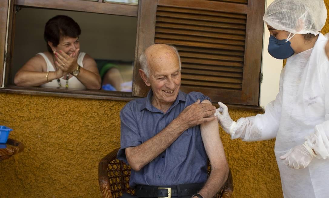 Silvino Machado, de 99 anos, um dos seis mais idosos da cidade de Rio das Flores que foram imunizados contra Covid-19 Foto: Márcia Foletto / Agência O Globo - 19/01/2021