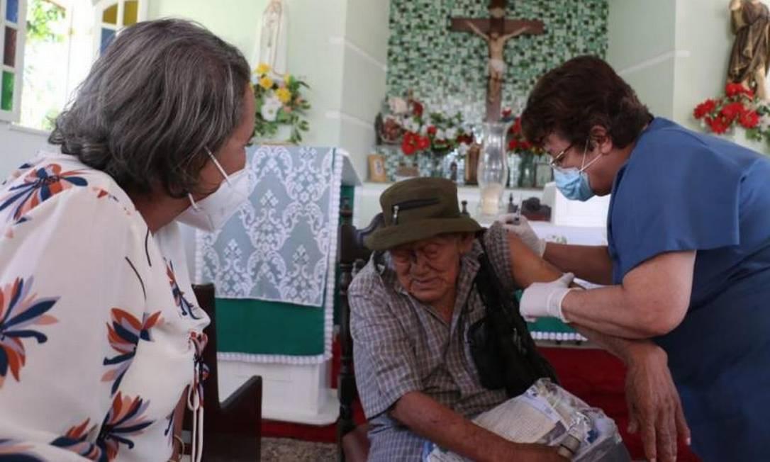 Idoso Oscar Gás, de 92 anos, foi o primeiro a ser imunizado no município de São João da Barra, no Norte Fluminense. Vacinação teve início no Retiro São João Batista Foto: Divulgação / PSJB - 19/01/2021