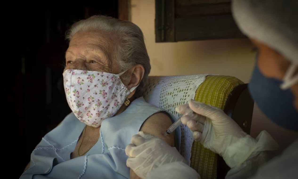 Dona Maria José, de 101 anos, foi a primeira a receber a dose da CoronaVac em Rio das Flores Foto: Márcia Foletto / Agência O Globo