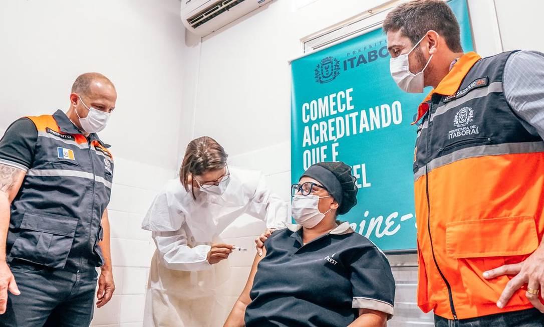 Em Itaboraí, a primeira a receber a vacina foi Mônica da Rosa, funcionária de serviços gerais Foto: PMI - 19/01/2021