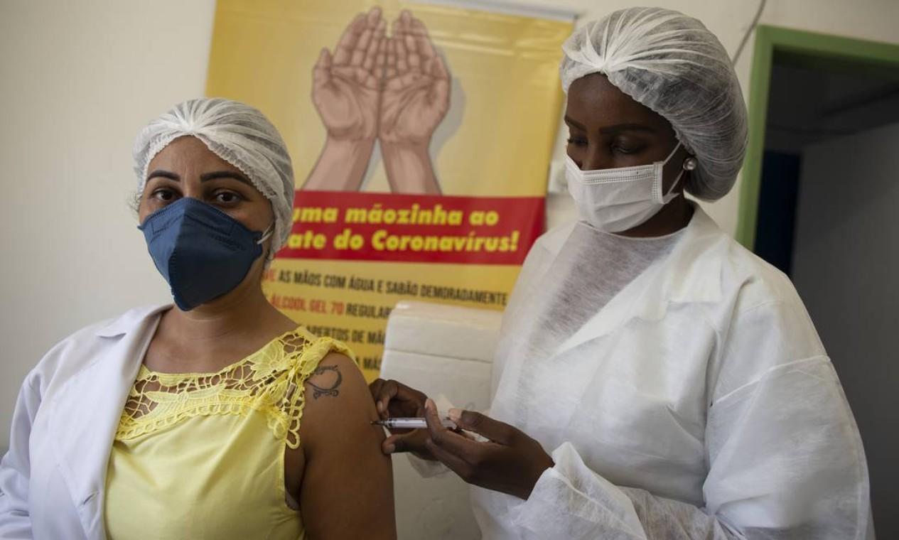 A enfermeira Cristiane Maria Moreira, de 41 anos, foi escolhida para ser a primeira habitante de Rio das Flores a receber a vacina contra a Covid-19 Foto: Márcia Foletto / Agência O Globo - 19/01/2021
